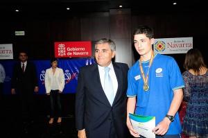 Carlos recogiendo su medalla de oro individual en el último cadete