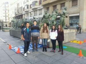 """No podía faltar foto junto al """"Monumento al encierro"""". Nos acompaña Irati"""