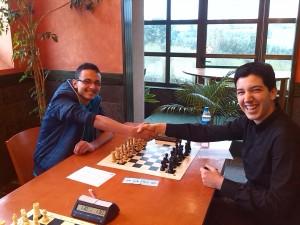 Pablo y Álvaro, en su enfrentamiento. La felicidad de jugar en la mesa 1 :P