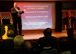 Leontxo durante su ponencia (foto de Miki López, LNE)